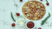 mesa de madeira : Pizza - unhealthy or junk food