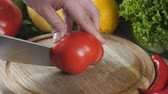 couve flor : Mans hands cutting the tomato in half