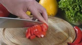 couve flor : Mans hands cutting the tomato into small pieces