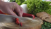 couve flor : Mans hands chopping red pepper. Vídeos