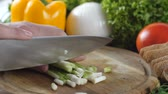 couve flor : Man s hands cutting the green onion into small pieces