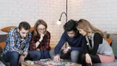 estratégico : Multinational company sit on the couch and play board game 50 fps