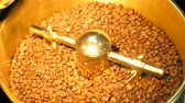 ускорять : Coffee beans in the gold grinder.