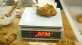 amassado : Weighing dough on electronic scales Vídeos