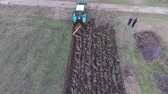 肥沃な : Tractor plowing the garden. Plowing the soil in the garden. Plowing field