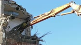 significar : Close-up of heavy demolition machinery at work, cutting of reinforced concrete. Time Lapse