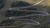 obíhat : Very sinuous mountain road. Where a van goes at full speed, and with sunlight movement and the shadow of the clouds. Aerial view.Time lapse