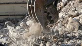 kurz : Close-up of heavy demolition machinery at work, crumbling and moving rubble concrete. Slow Motion Wideo