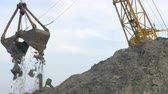 carregador : 4K, close-up, large port excavator unloads sand barge