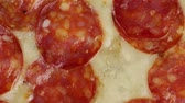 napels : Pizza met mozzarella en salami Stockvideo