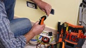 installateur : Electrician technician worker with wire stripper Construction industry. Building. Footage.