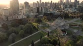 több színű : Aerial of Shrine of Remembrance and Melbourne skyline at sunset, pull away dolly and tilt
