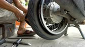 Fixing flat tyre on motorbike wheel Vídeos