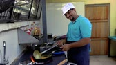 жарить : Indian chef preparing food Стоковые видеозаписи