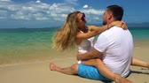 apaixonado : Romantic Couple have fun on the Beach