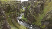 фантастический : Picturesque landscape of a mountain river with traditional nature of Iceland. Slow Motion Footage.