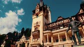 легенда : A panoramic close-up view of the Neo-Renaissance Peles Castle in Romania with the Carpathian Mountains in the background