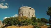 monarşi : A cinematic shot featuring the round tower of the medieval Windsor Castle on a sunny day
