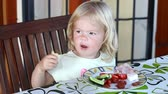 doba jídla : Sweet little blonde girl having lunch