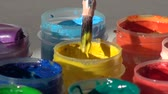 guache : brush immersed in a jar of yellow Acrylic gouache paint. Homewor Vídeos