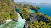 カヤック : Aerial view of big and small lagoon on Miniloc Island. El-Nido, Palawan. Philippines. Limestone rock formation covered with plants surrounded by blue blue. Tour A