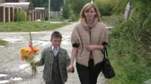 vazba : Mother and son go on the road with a bouquet of Orange dahlias Dostupné videozáznamy