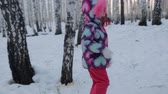 вперед : Small girl walking in winter forest Стоковые видеозаписи