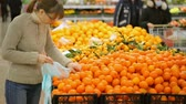supermercado : Woman choosing fruit in supermarket