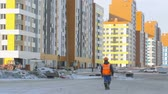 müteahhit : Worker walking to the construction site