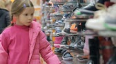 escolher : Little girl at shoe store