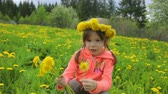 pampeliška : Little girl on dandelion meadow Dostupné videozáznamy
