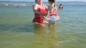 kroužek : Woman with little girl in sea Dostupné videozáznamy