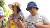 hut : Touristen mit Selfie-Stick Stock Footage
