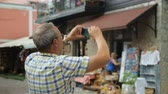 escursione : Male tourist taking photo on street