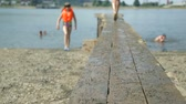skok : Children jumping into water