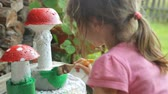 farba : Little girl coloring garden decoration