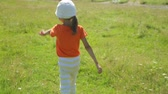 raio de sol : Little girl walking on a field Vídeos