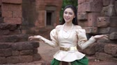 slow motion of happy beautiful woman in Thai traditional dress Vídeos
