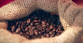 джут : Coffee Beans. Womens Hands Touch are Gaining Coffee Beans From a Bag of Coffee. The Quality of Roasted Coffee Beans in Summer. Стоковые видеозаписи