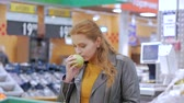 laranjas : Pretty young beautiful red hair woman buys food, fruits, apples, tomatoes, oranges in the market, in the supermarket.Girl chooses products,vegetables, fruits in the store.Shopping,Vegan sales concept.