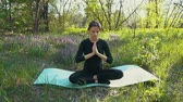grávida : young pregnant woman doing yoga outside.