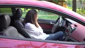 strach : Young attractive woman sits in the car and crying. Wideo