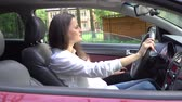 улыбки : Woman with long hair singing and driving in car. Стоковые видеозаписи