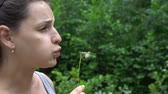 pampeliška : Beautiful Young Woaman Blowing Dandelion.