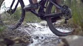 berg : Bergfiets snelheidsovertredend water Stockvideo
