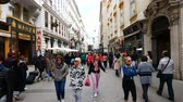 barok : Vienna, Austria, tourists walking in Kohlmarkt street Wideo