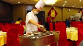 pekin : Cook slicing a typical duck in Beijing, China Stok Video