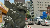 latin amerika : Statue of a lion at the entrance of the Chinese neighborhood in Buenos Aires, Argentina on December 26, 2017. Stok Video