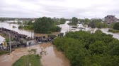 soldado : Army and police rescue teams saving people from heavy floods.