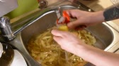 картофель : Male hands peeling raw potatoes with a knife in the sink with water